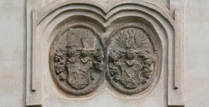 Znak rodu Petzingerů na budově bývalého JZD v Horních Vlčkovicích