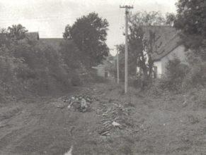 "Vlčkovice tzv. ""malá strana"", vpravo dům Pospíšilův, vzadu stodola Chmelíkova, nové sloupy elektrického vedení."
