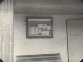 Vývěsní skříňka u autobusové čekárny.
