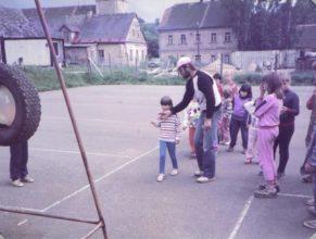 Jaroslav Otava instruující děti na dětském dnu.
