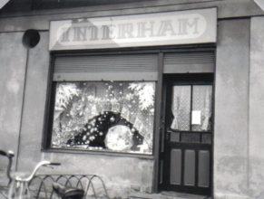 Prodejna INTERHAM, kterou dne 15.7.1991 otevřela Chmelíková Libuše.