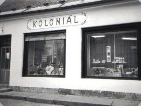 Bývalou prodejnu Jednoty se smíšeným zbožím koupila Školníková Helena. Po adaptaci ji dne 17.10.1991 otevřela pod názvem Koloniál.
