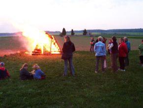 Hořící vatra čarodějnic.
