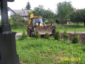 Plynofikace, parkoviště před obecním úřadem / mateřskou školkou, v pozadí dům Chmelíků, Horní Vlčkovice.