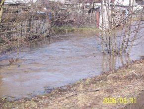 Rozvodněný potok u Rolečků v Horních Vlčkovicích.