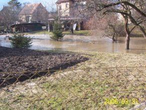Rozvodněný potok u kostela v Horních Vlčkovicích.