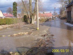 Rozvodněný potok u Popovů v Dolních Vlčkovicích.