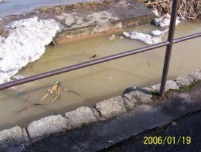 Plný příkop vody nedaleko retenční nádrže (poldru).