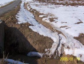 Příkopy podél cest vedoucích na pole nedaleko retenční nádrže (poldru).