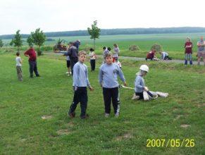 Děti SDH Vlčkovice připravující se k útoku.
