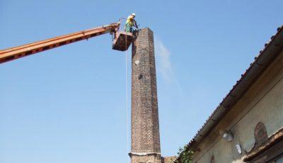 Bourání továrního komína
