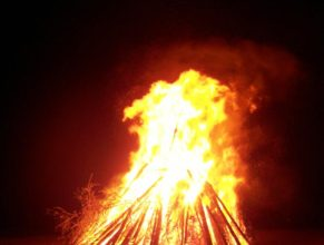 Hořící hranice čarodějnic.