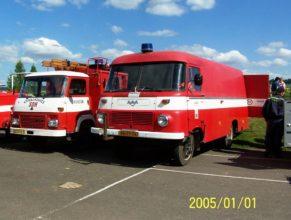 Hasičská vozidla, vlevo vozidlo SDH Chvalkovice.
