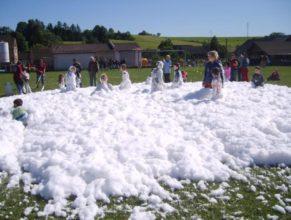 Děti hrající si v pěně.