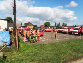 Hasiči a hasičská vozidla.