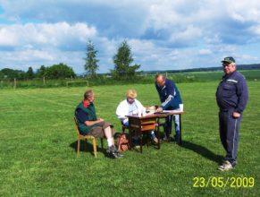 Rozhodčí, vlevo Jaroslav Otava, vpravo Jan Roleček.