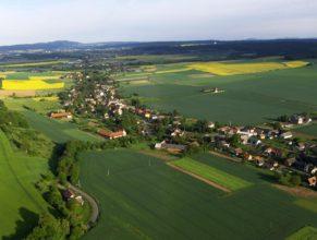 Vlčkovice v Podkrkonoší, pohled od jihovýchodu. Vlevo dole cesta vedoucí do Krábčic.