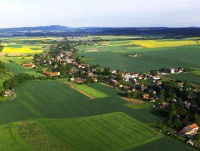 Vlčkovice v Podkrkonoší, pohled od jihovýchodu. V pozadí vrch Zvičina.