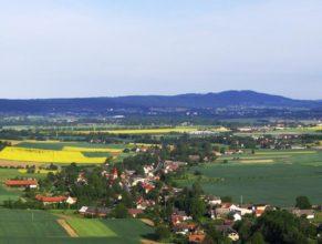Vlčkovice v Podkrkonoší, pohled od východu. V pozadí vrch Zvičina.