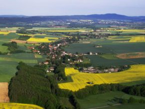 Vlčkovice v Podkrkonoší, pohled od východu. Vpravo dole Vypra. V pozadí vrch Zvičina.