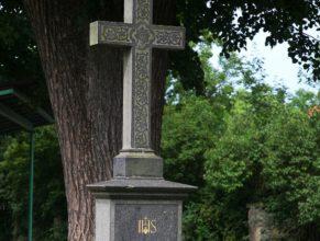 Křížek u obecního úřadu.