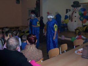 Skupina VOSA instruující děti.
