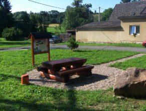 Nové odpočívadlo v Horních Vlčkovicích před obecním úřadem.