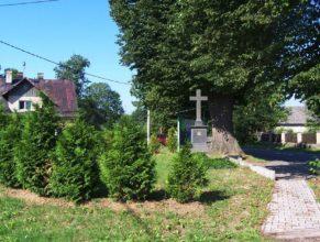 Křížek před obecním úřadem.