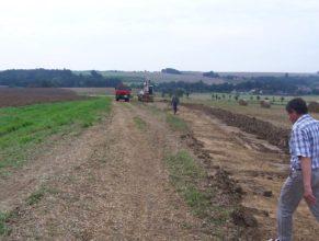 Výstavba cesty C 2.5 HV směrem od lesa Bokouš. Pohled na Horní Vlčkovice.