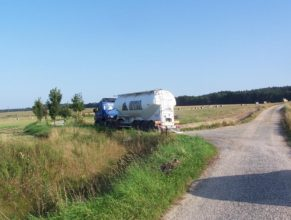 Nákladní auto, které odbočilo na cestu C 2.1 HV. Napravo část cesty C 2.5 HV vedoucí k lesu Bokouš.