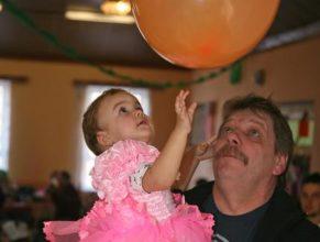 Dětí s balónkem.