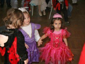 Děti na dětském karnevalu.