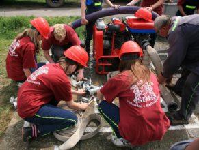 Děti SDH Vlčkovice připravující útok.