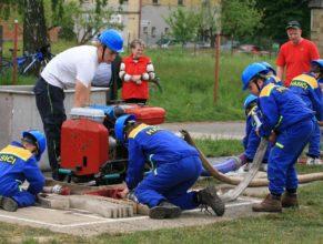 Malí hasiči při útoku.