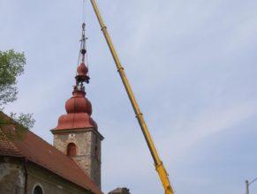 Sundavání věže.