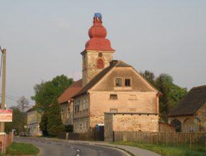 Kostel bez věže.