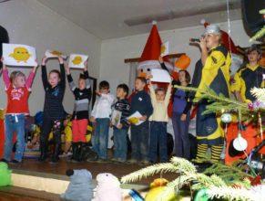Děti s obrázky kuřátka.