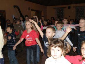 Tančící děti.