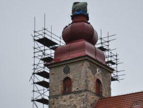 Východní a jižní strana věže před opravou.
