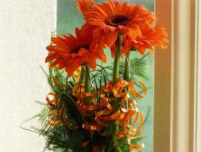 Květiny předávané při zápisu do pamětní knihy.