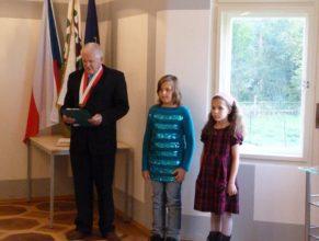 Jindřich Franc a dvě dívky ze ZŠ Chvalkovice, které přednášely básně.
