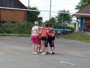 Objímající se volejbalistky při zápase.