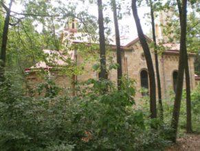 Mariánské poutní místo - kamenný kostel Svatá Marie.