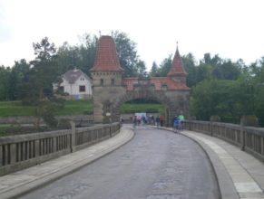 Cyklisté na přehradě Les Království.