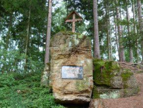 Křížek u kaple sv. Jana Nepomuckého.