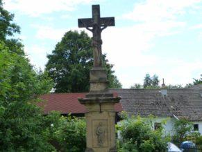 Křížek v obci Zvičina.