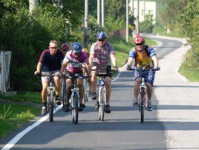 Cyklisté v obci Zlič.