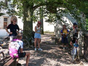 Cyklisté v areálu zámku Náchod.