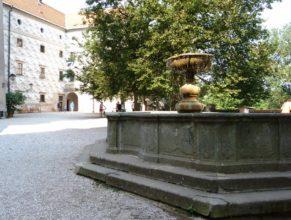 Kašna v areálu zámku Náchod.