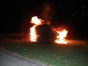 Podpálená vatra čarodějnic.